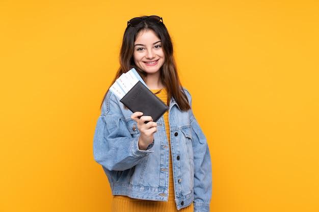 Молодая кавказская женщина в отпуске с паспортом и билетами на самолет
