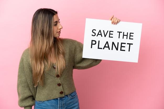 Молодая кавказская женщина изолирована, держа плакат с текстом