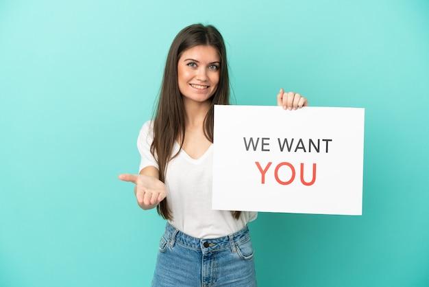 Молодая кавказская женщина изолирована, держа доску we want you, заключая сделку