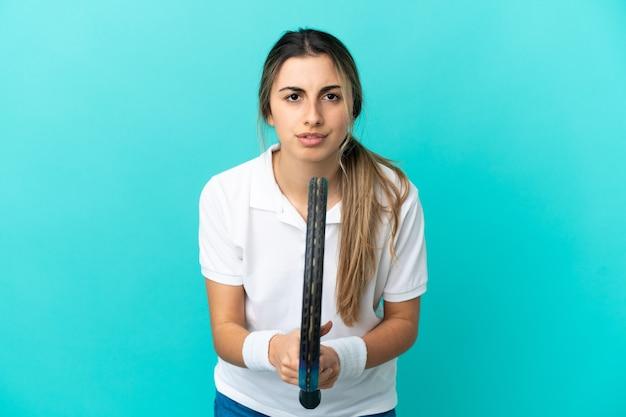 테니스 파란색 배경에 고립 된 젊은 백인 여자