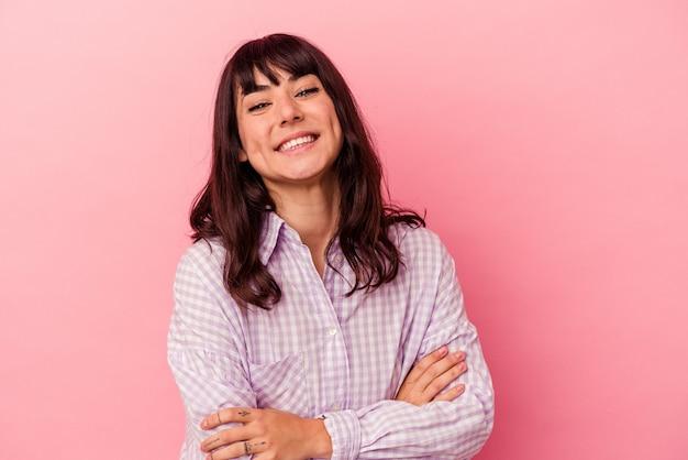 웃으면 서 재미 분홍색 배경에 고립 된 젊은 백인 여자.