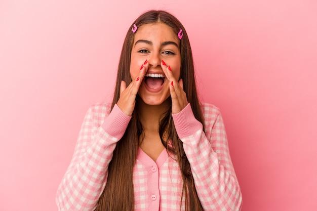 Молодая женщина кавказской, изолированные на розовом фоне кричать возбуждено вперед.