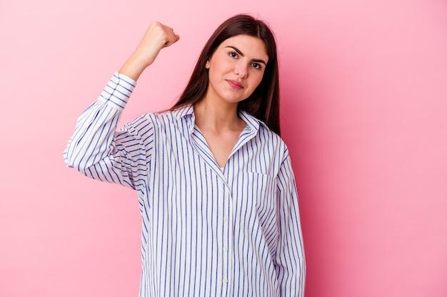 승리, 열정과 열정, 행복한 표정을 축하하는 분홍색 벽에 고립 된 젊은 백인 여자