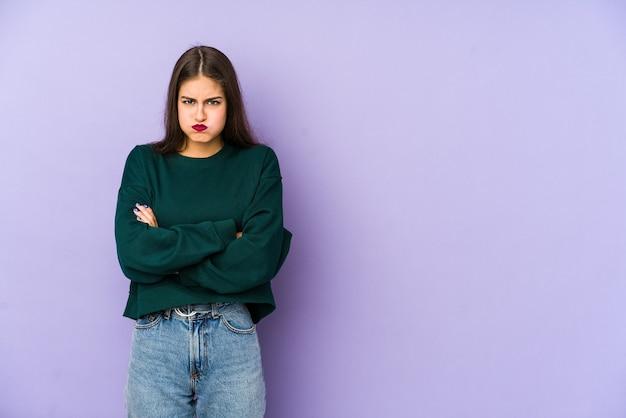 보라색 불면 뺨에 고립 된 젊은 백인 여자, 피곤식이있다. 표정 개념.