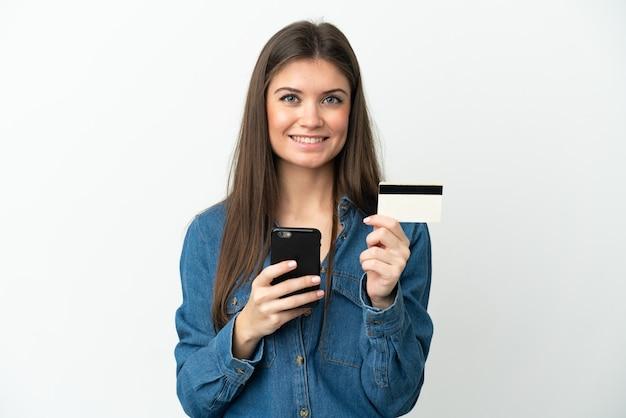 신용 카드로 모바일로 구매 흰색 배경에 고립 된 젊은 백인 여자
