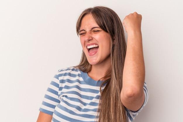 勝利、情熱と熱意、幸せな表現を祝う白い背景で隔離の若い白人女性。