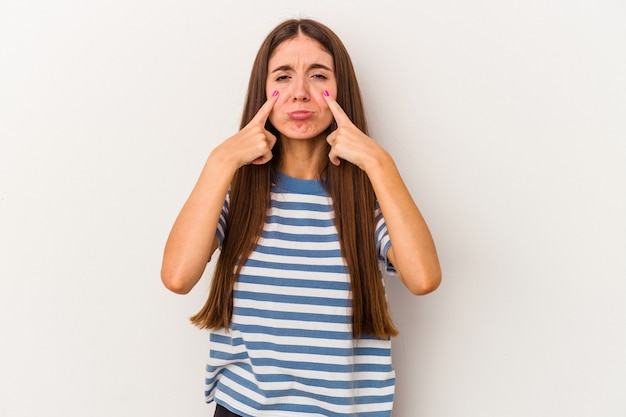 Молодая кавказская женщина, изолированных на белом фоне, плачет, недовольна чем-то, агонией и концепцией замешательства.