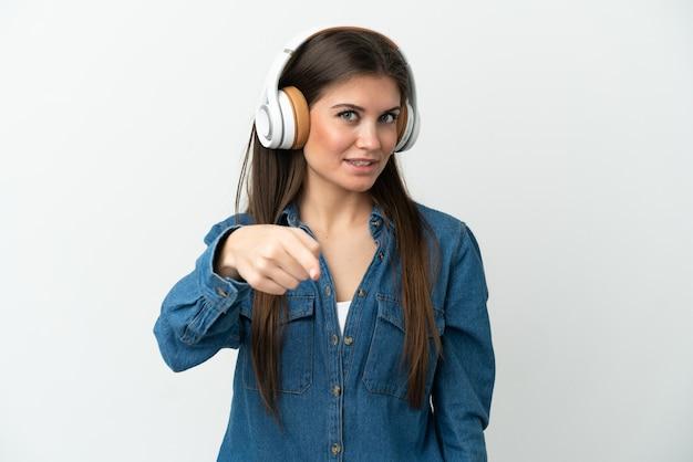 흰색 배경 듣는 음악에 고립 된 젊은 백인 여자