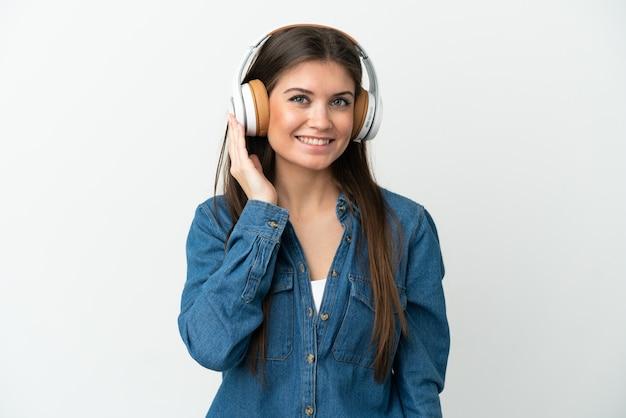 Молодая кавказская женщина, изолированные на белом фоне, слушает музыку