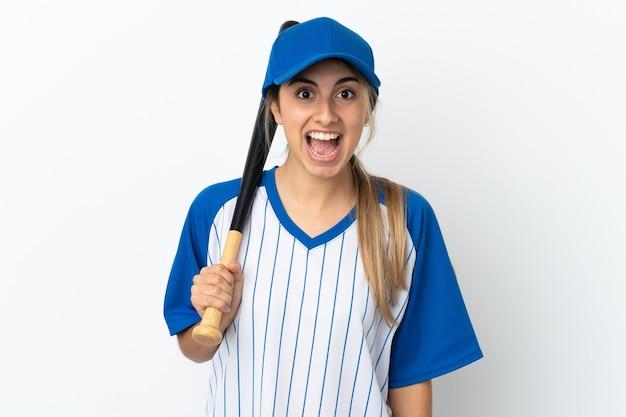 흰색 배경에 격리된 백인 젊은 여성이 야구를 하고 놀람과 충격을 받은 표정으로