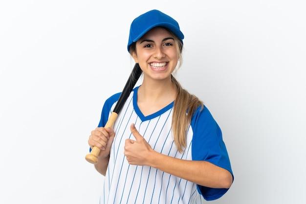 좋은 일이 일어났기 때문에 야구와 엄지 손가락으로 흰색 배경에 고립 된 젊은 백인 여자