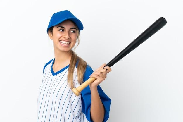 Молодая кавказская женщина, изолированная на белом фоне, играет в бейсбол