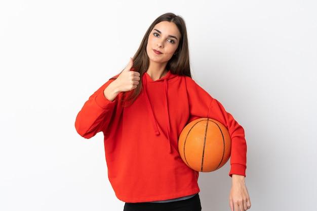 バスケットボールをして親指を上に白い背景で隔離の若い白人女性