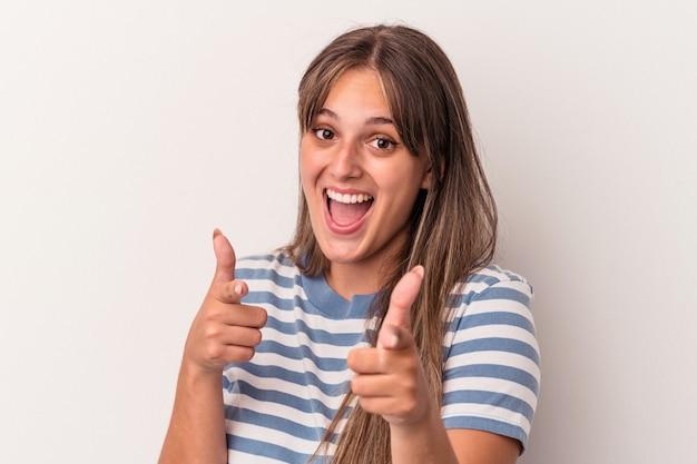 指で正面を指している白い背景で隔離の若い白人女性。