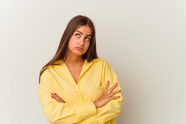 카메라에 주먹을 보여주는 흰색 배경에 고립 된 젊은 백인 여자, 공격적인 표정.