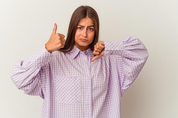 指でロックジェスチャーを示す白い壁に分離された若い白人女性