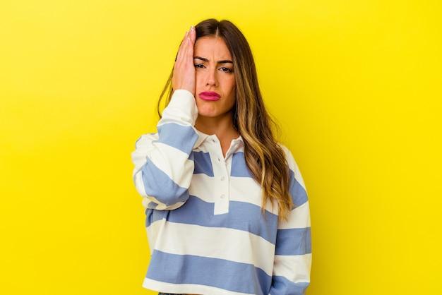 노란색 벽에 고립 된 젊은 백인 여자 피곤 하 고 매우 졸려 머리에 손을 유지.