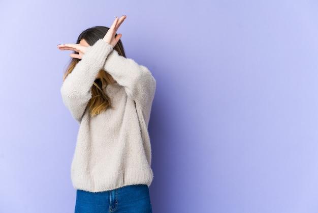 2つの腕を維持する若い白人女性の交差、拒否の概念。