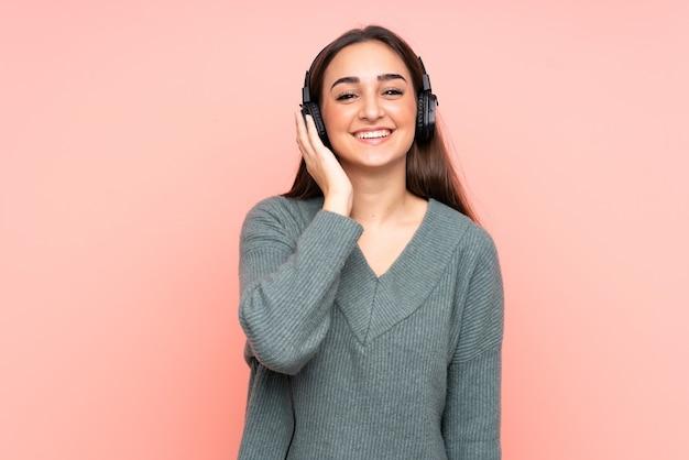 Молодая кавказская женщина слушает музыку