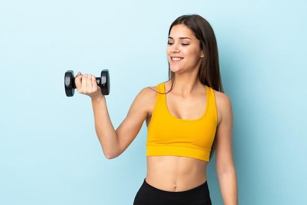 重量挙げを作る若い白人女性