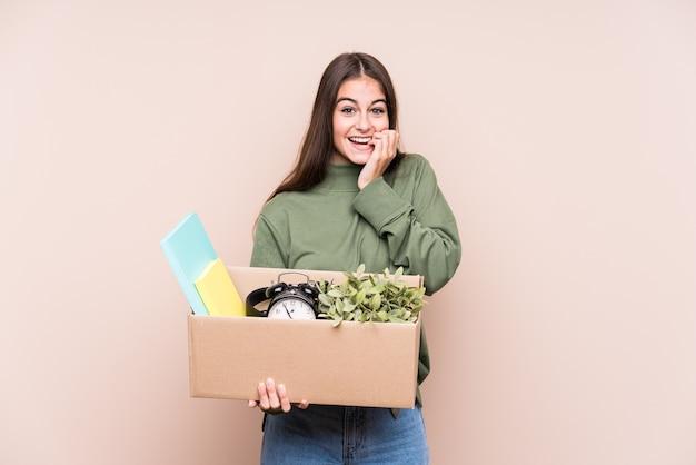 新しい家に移動する若い白人女性は、神経質で非常に心配な爪を噛んで孤立しています。