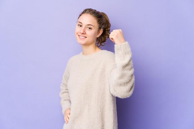 のんきと興奮して紫色の応援の若い白人女性