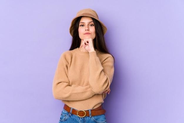 不審な紫色の壁に若い白人女性