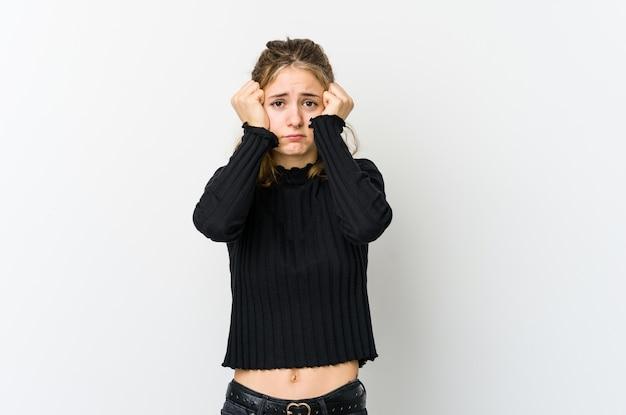 泣いている白いbackrgoundの若い白人女性、何か、苦痛と混乱の概念に不満。