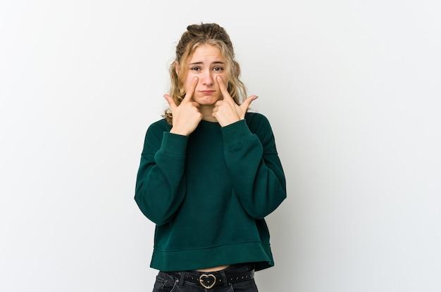 白いwallcrying、何か、苦痛と混乱の概念に不満の若い白人女性。