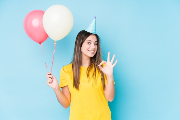 分離された誕生日を整理する若い白人女性