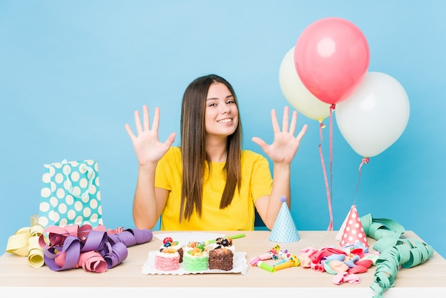 手で数10を示す誕生日を整理する若い白人女性。
