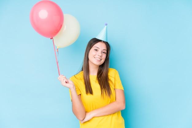 생일을 조직하는 젊은 백인 여자