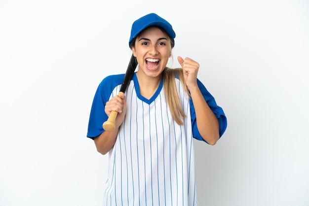 勝者の位置での勝利を祝って白い背景で隔離の野球をしている若い白人女性
