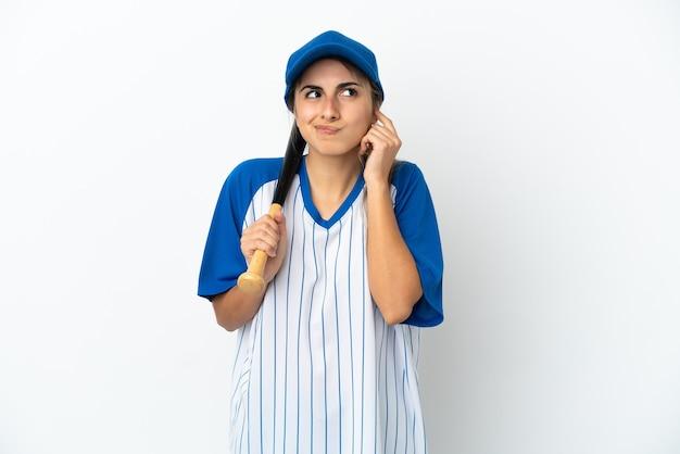 야구를하는 젊은 백인 여자는 좌절과 귀를 덮고 흰색 배경에 고립