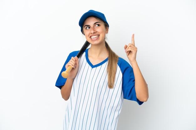 Молодая кавказская женщина играет в бейсбол на белом фоне, указывая на отличную идею