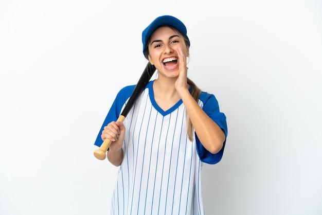 Молодая кавказская женщина играет в бейсбол на белом фоне кричит с широко открытым ртом