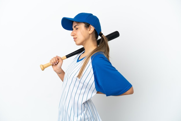 Молодая кавказская женщина играет в бейсбол на белом фоне страдает от боли в спине из-за того, что приложила усилия
