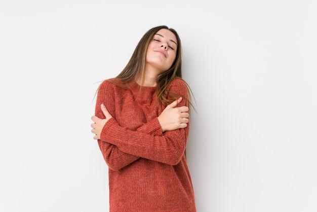 Молодая кавказская женщина позирует изолированной