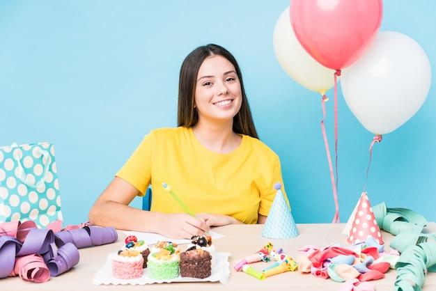 誕生日パーティーを準備する若い白人女性