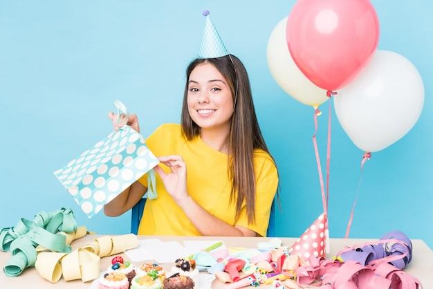 Молодая кавказская женщина готовит вечеринку по случаю дня рождения