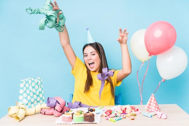 誕生日パーティーを準備している若い白人女性
