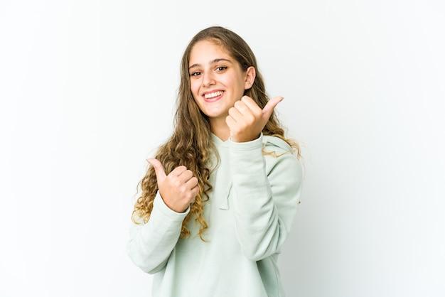 両方の親指を上げて、笑顔で自信を持っている若い白人女性。
