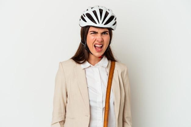 Молодая кавказская женщина, езда на велосипеде на работу изолирована на белом фоне, кричала очень сердито и агрессивно.