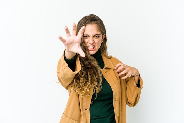 猫を模倣した爪、攻撃的なジェスチャーを示す若い白人女性。
