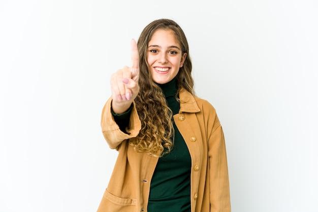指でナンバーワンを示す若い白人女性。