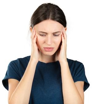 白い背景で隔離の頭痛に苦しんでいる若い白人女性