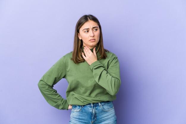 Молодая кавказская женщина страдает от боли в горле из-за вируса или инфекции.