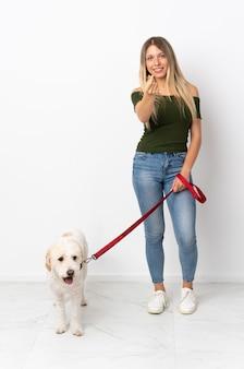 Молодая кавказская женщина гуляет с собакой