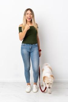 犬を歩く若い白人女性