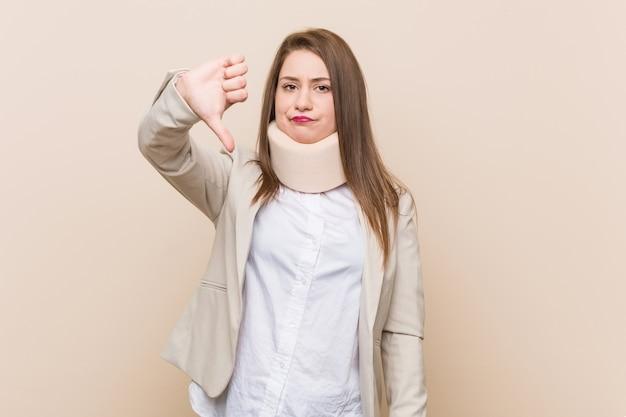 Молодая кавказская женщина в шейном ошейнике